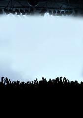 Silhouette von jubelnder Menschenmenge bei Konzert