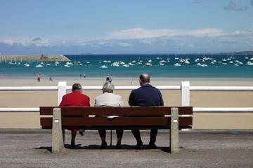 retraités face à la mer