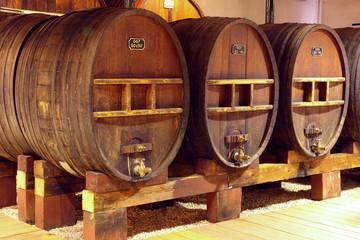 Wermut, Weinkeller, Holzfässer, Frankreich