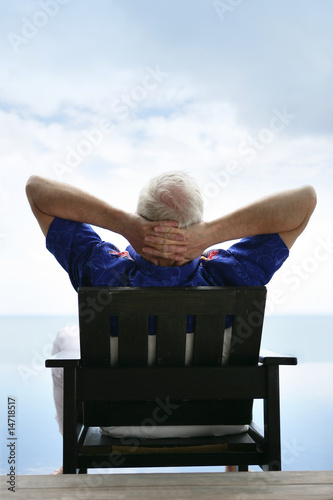 Homme g assis sur une chaise face la mer photo libre for Abdos assis sur une chaise