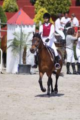 niña a caballo en concurso hípico