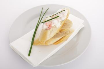 Frischkäse- Garnelensalat auf Baguette