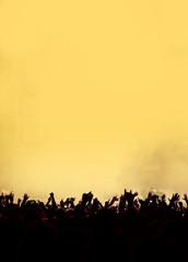 orange-gelbes Konzert-Publikum mit copy space