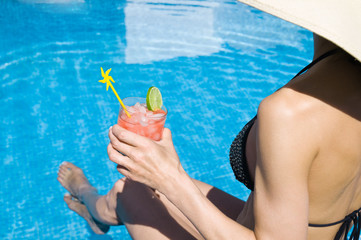 Frau am Pool trink Cocktail