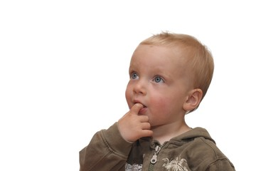 Nettes Kleinkind mit Finger im Mund