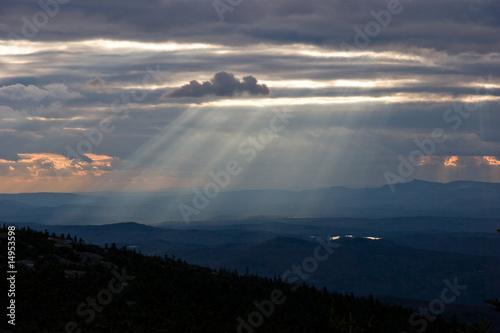 nuage et puit de lumi re sur un paysage de foret photo libre de droits sur la banque d 39 images. Black Bedroom Furniture Sets. Home Design Ideas