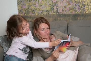 femme enfant lecture