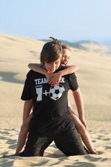 enfants à genoux sur la dune du Pyla 2