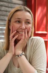 Portarit d'une jeune femme souriante - printemps