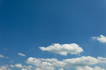 Blauer Himmel mit Wolken und Textfreiraum
