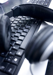 kopfhörer und tastatur