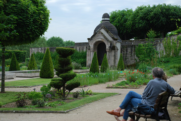 A couple enjoying a bautifull parc.