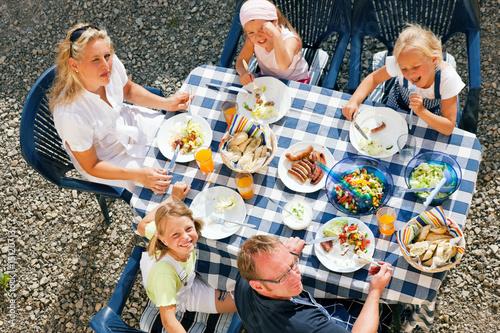 familie beim essen im garten stockfotos und lizenzfreie bilder auf bild 15120713. Black Bedroom Furniture Sets. Home Design Ideas
