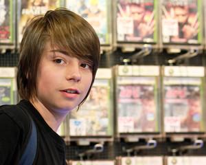 adolescent au rayon jeux vidéo 12