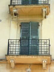 balcon volets fermés