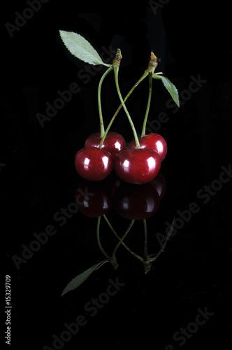 kirschen kirsche rot obst blatt schwarzer hintergrund spiegelung stockfotos und lizenzfreie. Black Bedroom Furniture Sets. Home Design Ideas