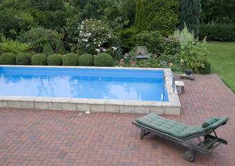Pool im Garten mit Liege