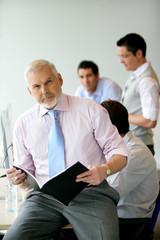 Portrait d'un chef d'entreprise dans une salle de formation