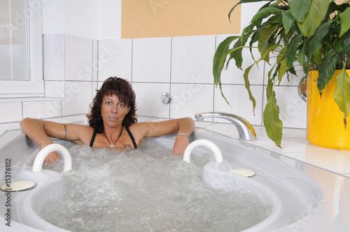frau wellness whirlpool stockfotos und lizenzfreie bilder auf bild 15376102. Black Bedroom Furniture Sets. Home Design Ideas