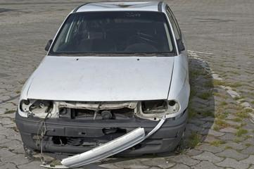 Autowrack auf einem Parkplatz