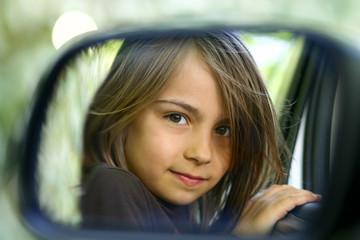 reflet d'une fillette dans le rétroviseur