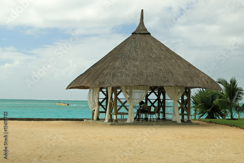 kiosque au toit de paille sur plage tropicale photo. Black Bedroom Furniture Sets. Home Design Ideas