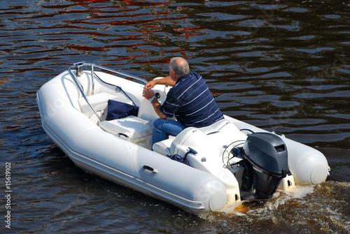 schlauchboot mit aussenbordmotor stockfotos und