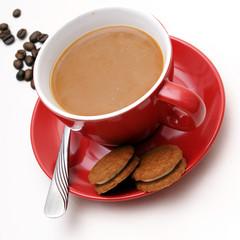 rote tasse kaffee mit keks