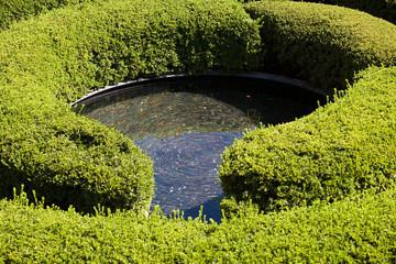 Gartenanlage mit Labyrinth und Wasserbrunnnen