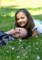 mère et fille allongée dans l'herbe