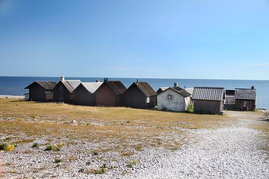 Fischerhütten am Strand der Insel Fårö (Gotland, Schweden)