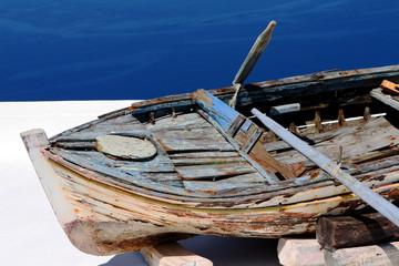 Vieille barque sur un toit-terrasse à Santorin