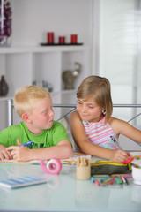 petit garçon et petite fille faisant leurs devoirs