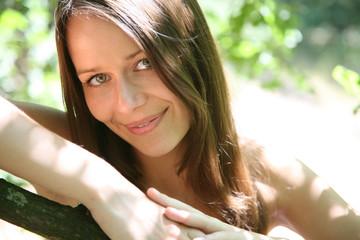 frau in der natur lächelt