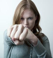 femme regard de défit avec poing