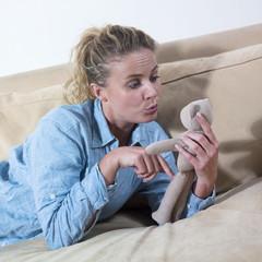 femme parlant à son nounours