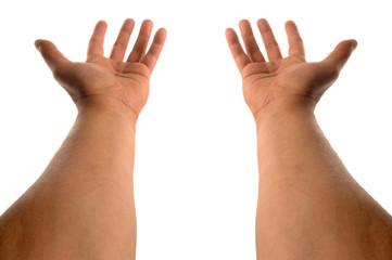 les deux bras en offrande