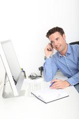 Geschäftsmann am Telefon, im Gespräch mit Kunden