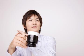 飲み物を飲む男性