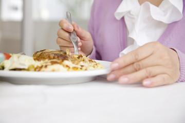 食事をする女性の手元