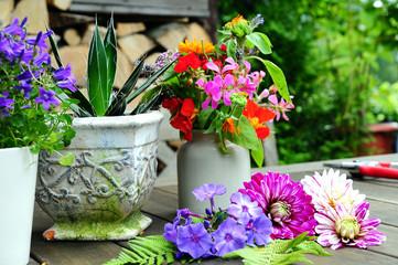 Blumen Dekoration auf Garten Tisch