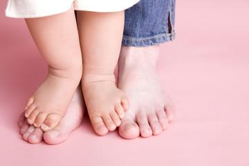 赤ちゃんの足と母親の足