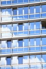 Fensterreihen, Glasbau Fassade Wolkenspiegelung