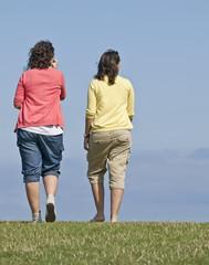 Chicas paseando por el campo