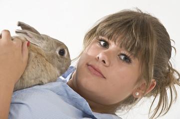 Junge Frau mit Kaninchen