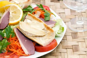Salade de magret de canard et chèvre chaud exotique