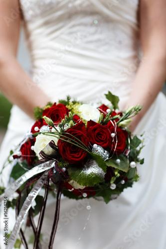 brautstrau weisse rote rosen stockfotos und lizenzfreie bilder auf bild 16214754. Black Bedroom Furniture Sets. Home Design Ideas