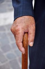 Hand am Spazierstock