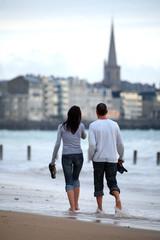 COUPLE ballade au bord de mer