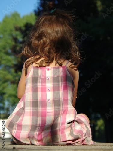 petite fille assise de dos photo libre de droits sur la banque d 39 images image. Black Bedroom Furniture Sets. Home Design Ideas